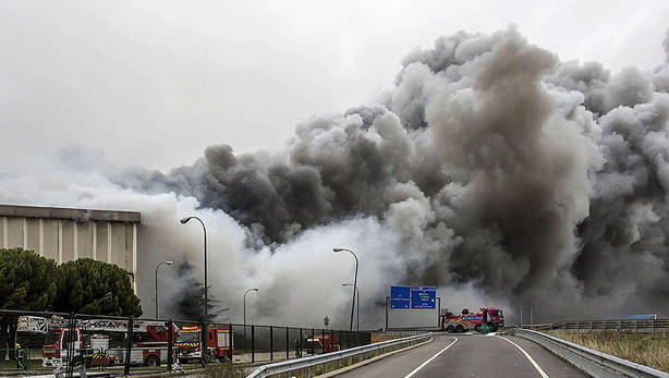 Adec Global participa en l'enderrocament de la fàbrica de Campofrío incendiada a Burgos